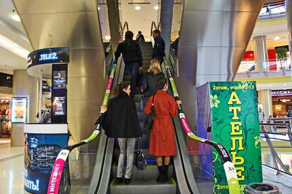 Реклама на перилах эскалаторов