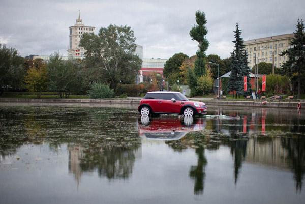 MINI припарковался в центре пруда