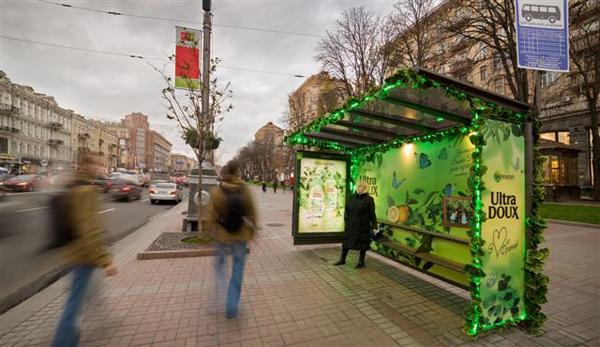 На остановках общественного транспорта «распустились» листья