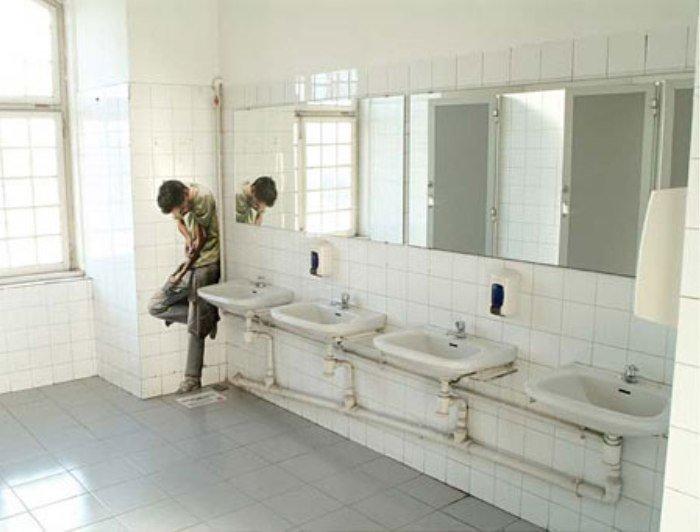 фото под юбкой в туалете