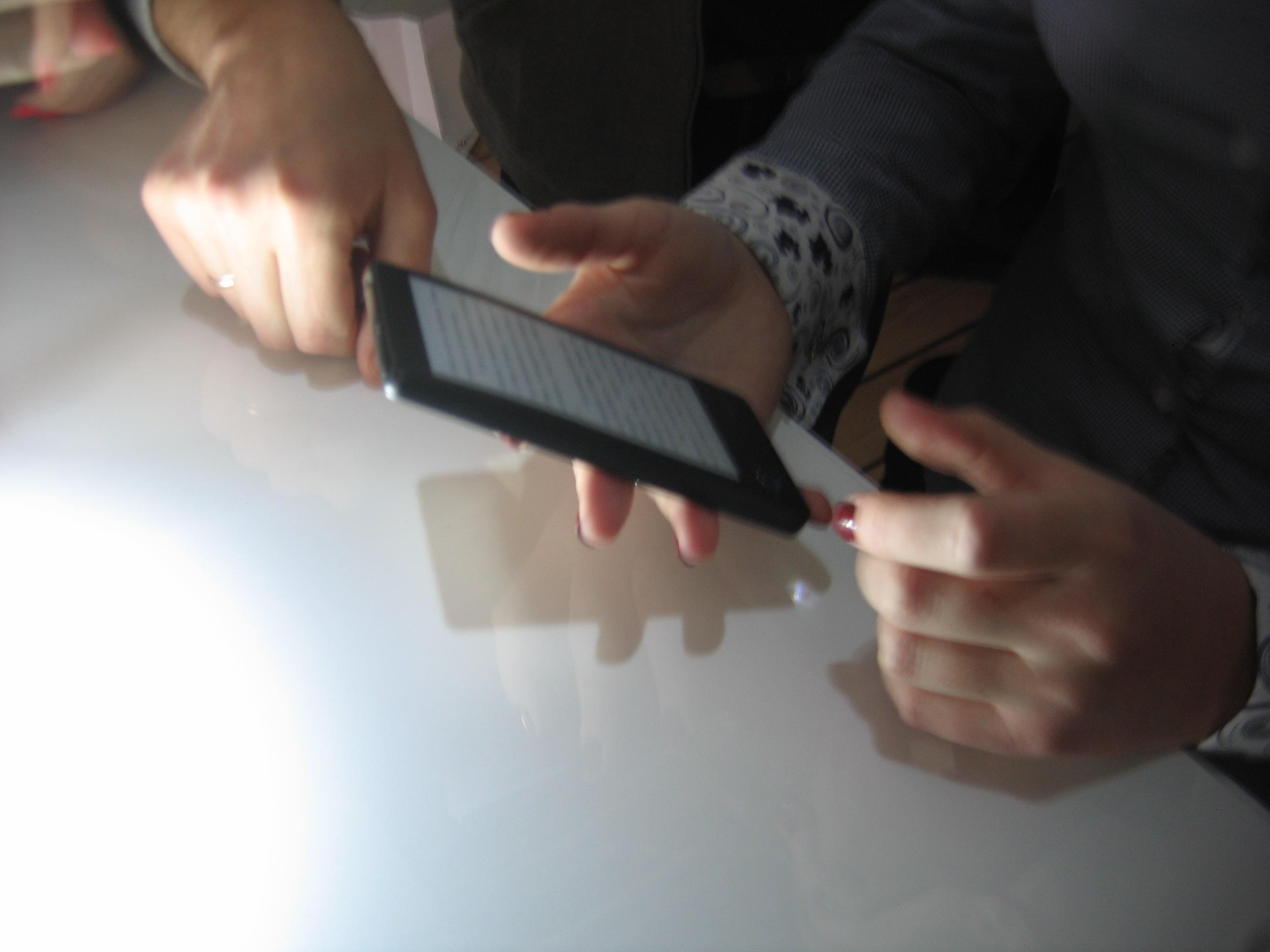 Так телефон и вовсе похож на миниатюрный Amazon Kindle