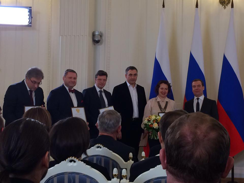 Премьер Дмитрий Медведев вручил  премию  Дмитрию Солопову