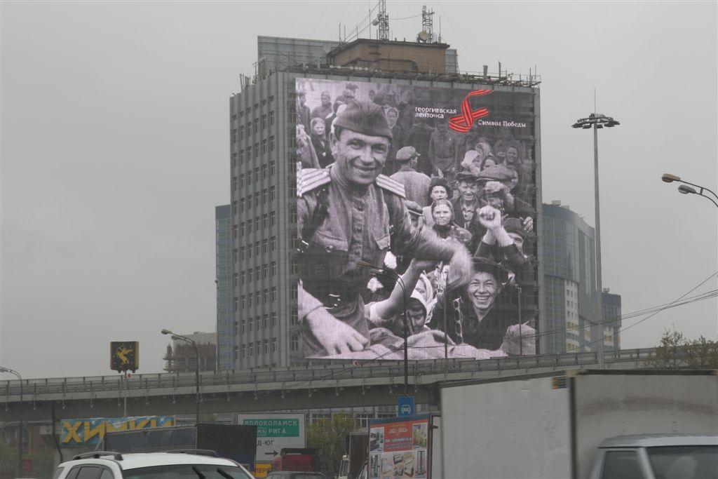 Военные фото показали на медиафасадах