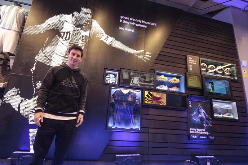 ... но и погрузиться в увлекательный, интерактивный и богатый мир истории  знаменитого спортивного бренда с тремя полосками. Adidas делает все, чтобы  ... 2d9b0ec7feb