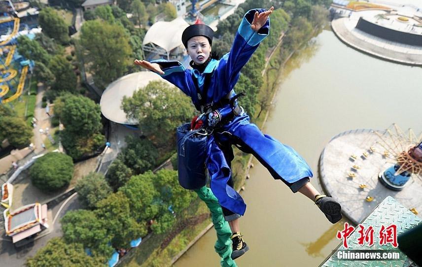 Китайский парк привлек посетителей с помощью зомби.