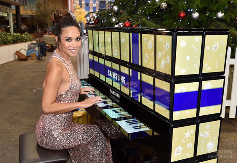 Пианистка Майлин Класс сыграла на пианино из планшетов Samsung.
