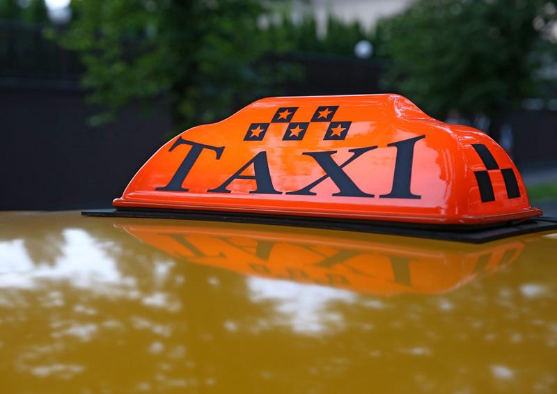 Такси в Москве могут лишиться рекламы.