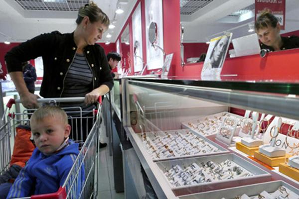 Кризис заставил экономить даже обеспеченных россиян.