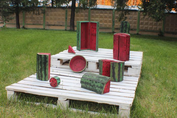 Летняя кухня, деревянные арбузы.