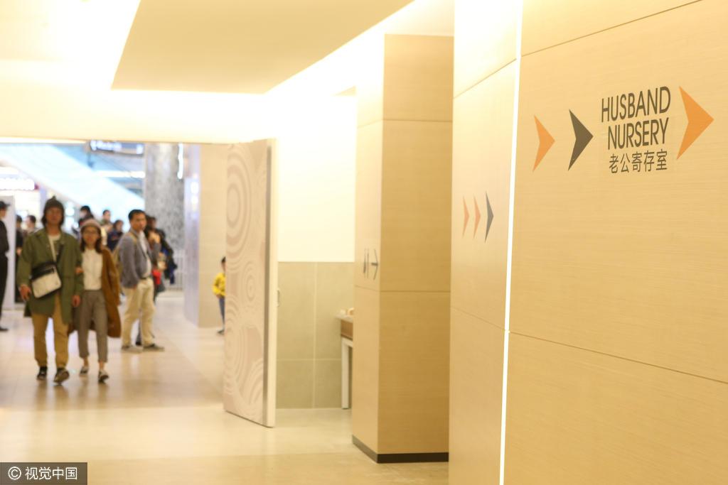 Китайский молл нашел применение мужьям во время шопинга.