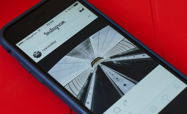 Instagram тестирует минималистичный монохромный дизайн.